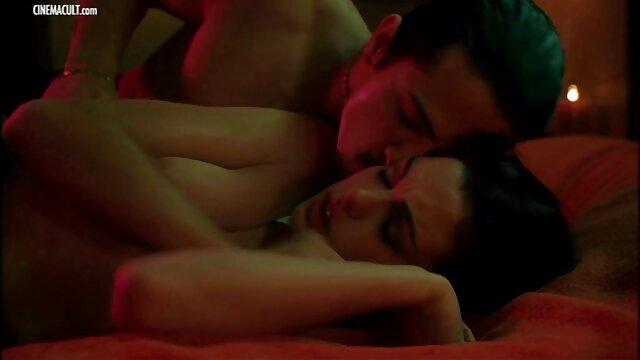 Հմայիչ սիրողական կինը մեղրամիս սեքս տեսանյութեր տղամարդու է ընդունում
